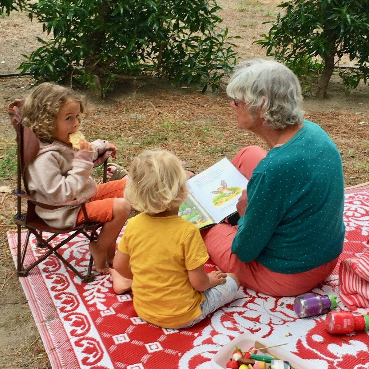 Expedition Family Happiness - Our sweet neighbour Miep reads to our kids!