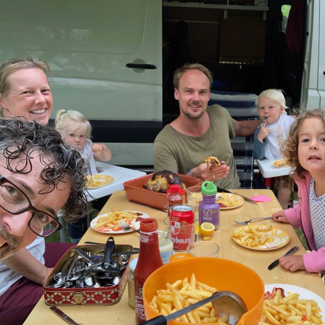 Expedition Family Happiness - Eating with friends!
