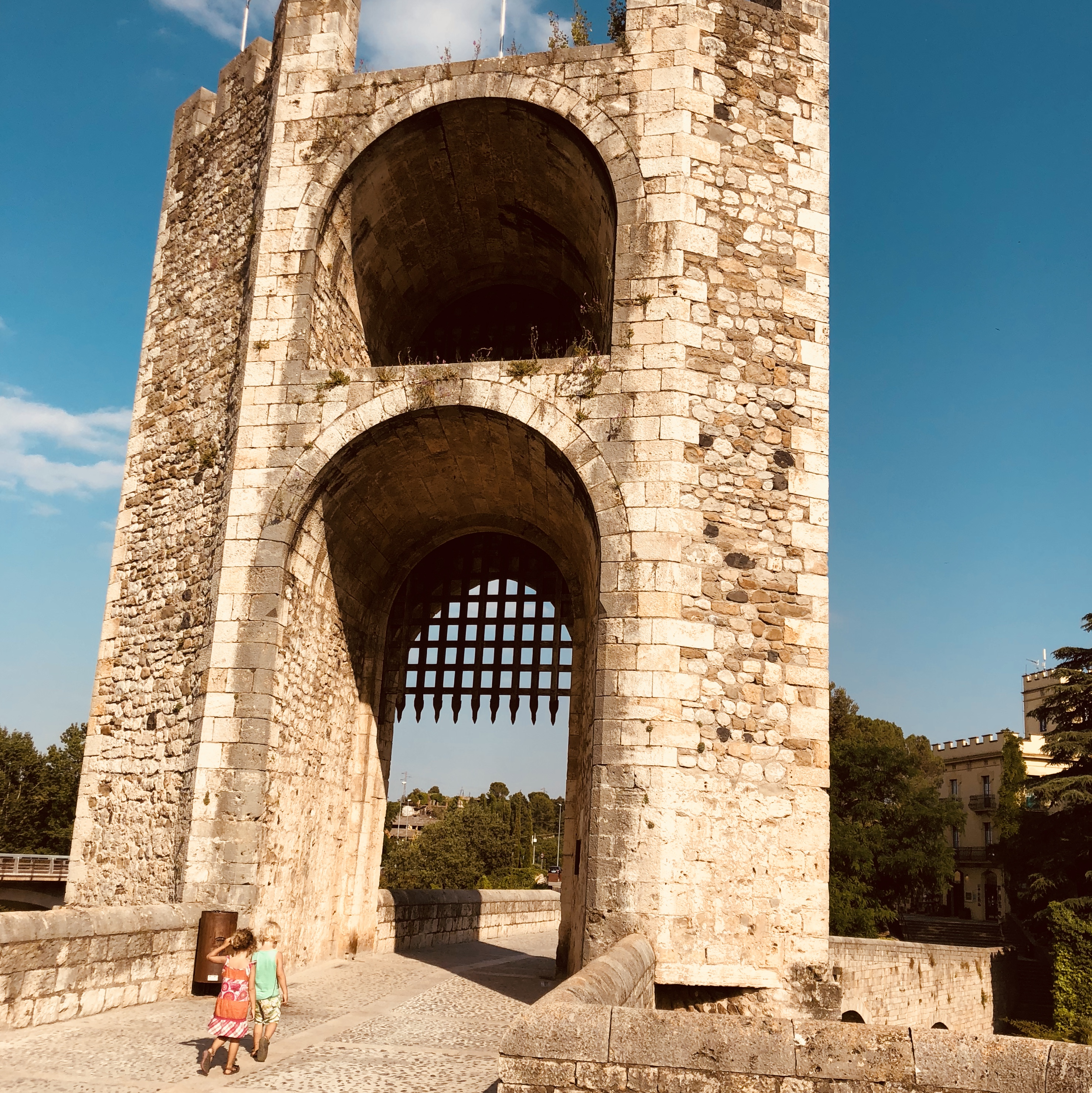 Expedition Family Happiness - Bridge in Besalu